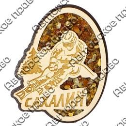 Магнит с янтарем Лыжник вид 1 с символикой Сахалина