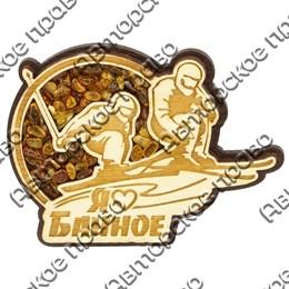 Магнит сувенирный с янтарем Лыжники с символикой озера Банное